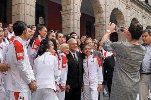 AMLO abandera a  atletas que competirán en los Juegos Panamericanos de Lima