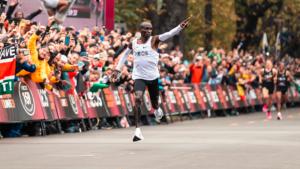 Eliud Kipchoge se convierte en la primer persona en correr un maratón en menos de dos horas