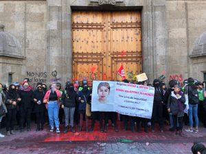 Feministas protestan en Palacio Nacional durante la conferencia de AMLO