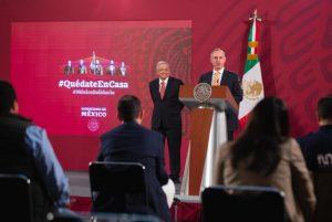 AMLO anuncia becas para formar en el extranjero a 30 mil médicos especialistas